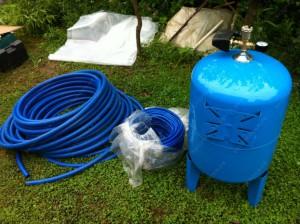 Обустройство скважины. Скважинная водоподъёмная труба, водо погружной кабель и гидроаккумулирующий бак с автоматикой.