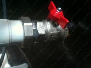 Обустройство скважины на воду от одной скважины может быть выполнено на несколько домов с установленными отключающими кранами на каждого потребителя.