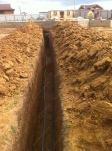 Обустройство скважины на воду цена зависит от расстояния от скважины к дому, от глубины траншеи и характеристик грунта.