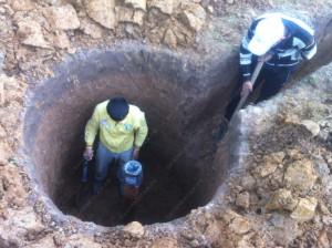 Обустройство скважин на воду фото подтверждает, что котлован под кессон выкопанный вручную очень компактный и аккуратный.