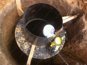 Обустройство скважины кольцами не дешевле, а за частую в итоге становится дороже. Рано или поздно заказчику придется демонтировать бетонные кольца и установить кессон.