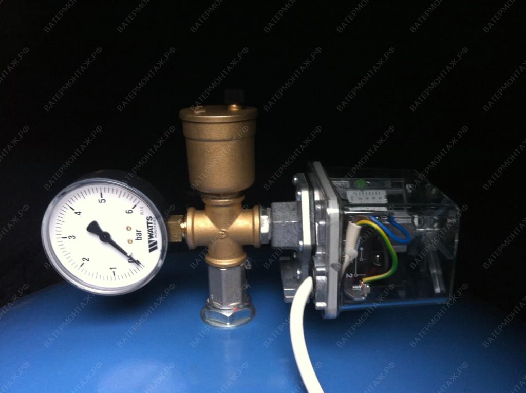 Установка реле давления FF, манометра и автоматического воздухоотводчика на гидроаккумулятор при обустройстве скважины под ключ