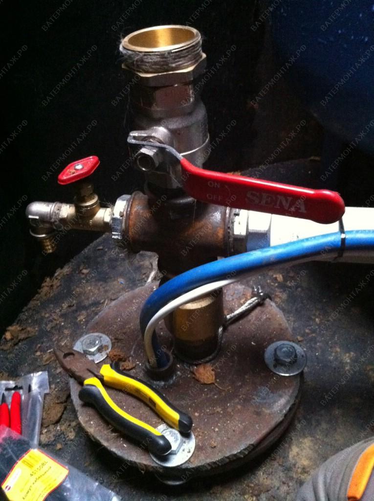 Установка обратного клапана, краника для отбора проб и крана с цапкой для подключения пожарного рукава