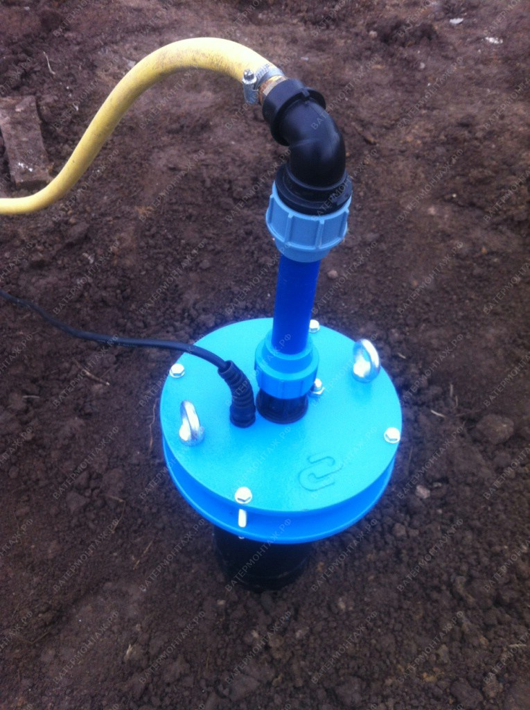 Скважинный насос подаёт воду в садовый поливочный шланг.